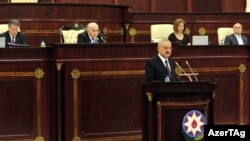Azerbaýjanyň premýer-ministri Artur Rasizade azeri parlamentinde çykyş edýär.