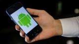 Логотип Android на экране смартфона Huawei. Иллюстративное фото.
