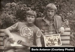 Антонов – справа, с картинкой Led Zeppelin