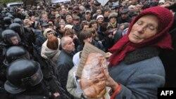 Протестите против планираните намалувања на социјалните бенефиции во Киев.