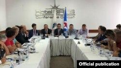 Pamje nga prezantimi i të gjeturave të Odës Ekonomike Amerikane të Kosovës.