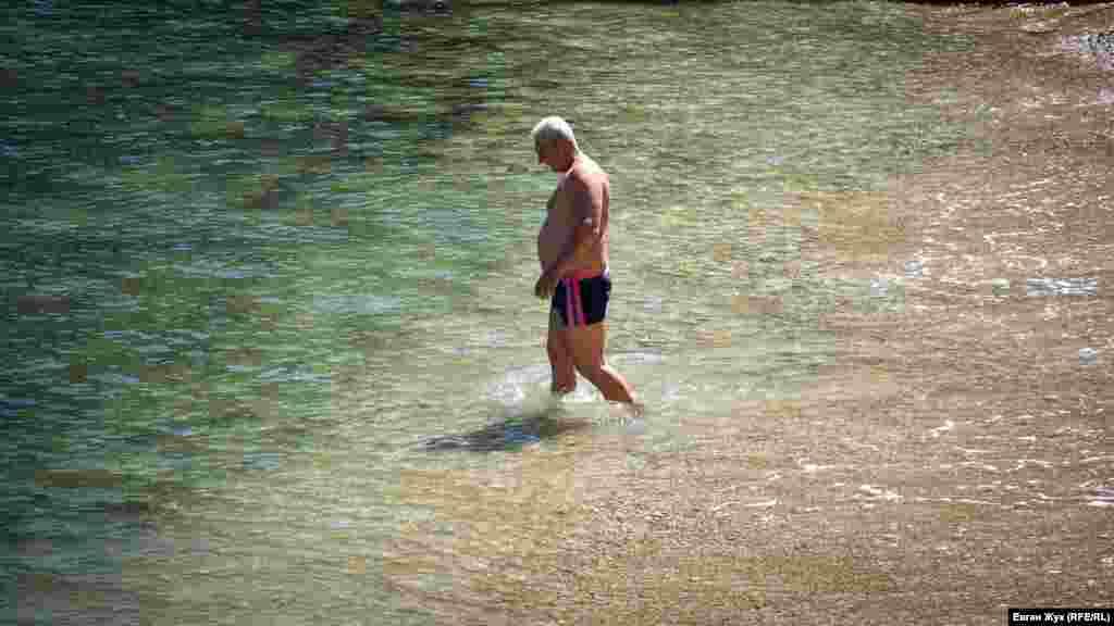 А кто-то уже открывает плавательный сезон. Больше фотографий из будней севастопольцев в самоизоляции– в фотогалерее