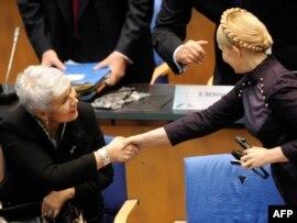 Прем'єр України Юлія Тимошенко і голова уряду Хорватії Ядранка Косор (зліва) під час конгресу Європейської народної партії. Бонн, 9 грудня 2009 року