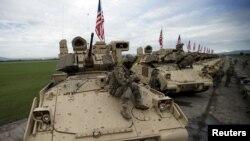 Վրաստան - Ամերիկյան զրահատեխնիկան վրաց - ամերիկյան զորավարժությունների բացման արարողության ժամանակ, Վազիանի, 11-ը մայիսի, 2015թ․