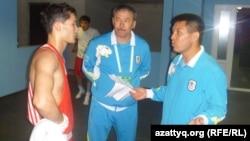 Главный тренер сборной Казахстана по боксу Мырзагали Айтжанов (справа). Алматы, 10 мая 2012 года.