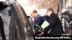 Заступник міністра МВС з питань європейської інтеграції Тігран Авакян сідає в авто, припарковане просто під знаком «зупинка заборонена»