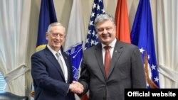 Петро Порошенко та міністр оборони США Джеймз Маттіс у Пентагоні, Вашингтон, 20 червня 2017 року
