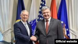 Президент України Петро Порошенко (п) і міністр оборони США Джеймс Маттіс під час зустрічі у Вашингтоні, 20 червня 2017 року