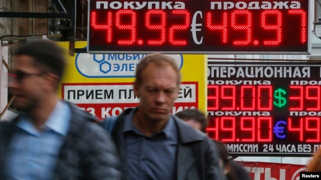 Курс рубля по отношению к ведущим мировым валютам находится на исторических минимумах