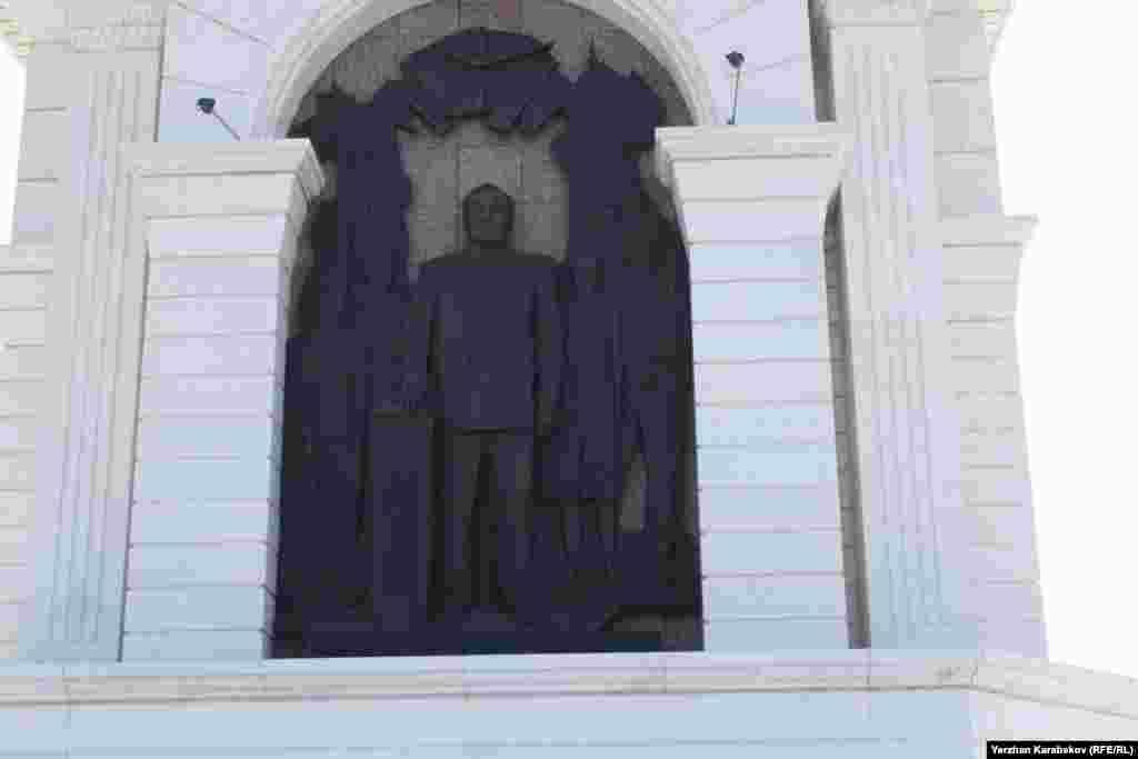 Барельеф Нурсултана Назарбаева в композиции монумента «Казах ели» в центре города Астаны. Бронзовый барельеф называется «Первый Президент и народ Казахстана». Назарбаев изображен в момент его присяги, его рука лежит на Конституции страны. 4 июня 2015 года.