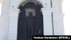 Барельеф Нурсултана Назарбаева в композиции монумента «Казах ели» в центре Астаны. Бронзовый барельеф называется: «Первый Президент и народ Казахстана». Назарбаев изображен в момент его присяги, его рука лежит на Конституции страны. Астана, 4 июня 2015 года.