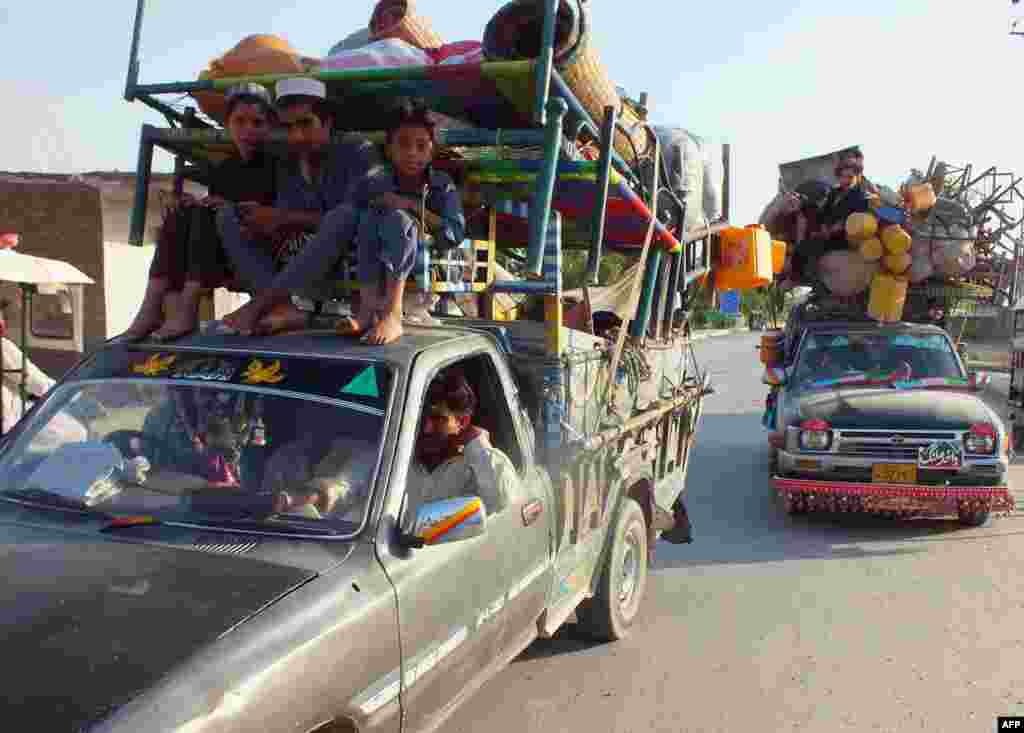 Internally displaced Pakistanis, fleeing from military operations against Taliban militants in North Waziristan, arrive in Bannu, a town on the edge of the country's restive tribal belt. (AFP/Karim Ullah)