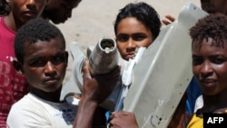 کودکان یمنی با قطعاتی که ظاهرا متعلق به یک هواپیمای سقوط کرده است