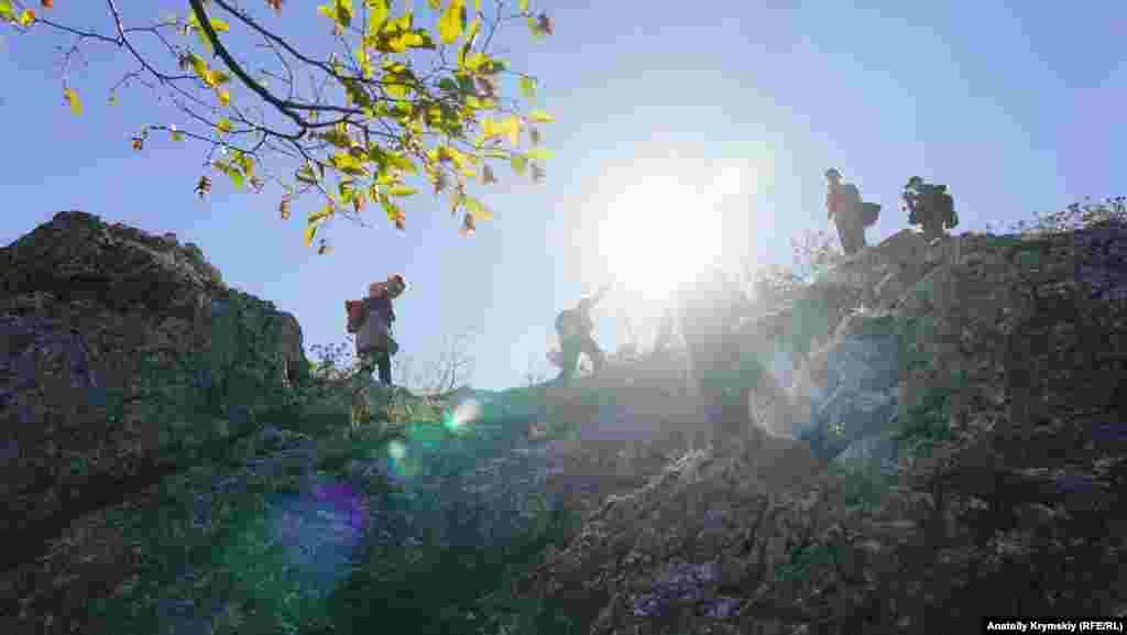 Главную гряду Крымских гор в разных направлениях пересекают немало туристических маршрутов. Несколько из них проходят в районе хребта Чалки (с тюрского – спина)