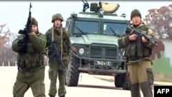 Imagini ale televiziunii ucrainene ATR cu militari ruși care trag focuri de armă în aer, pentru a-i preveni pe militarii ucraineni să se apropie la baza aeriană Belbek, din apropiere de Sevastopol, 4 martie 2014.