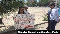 Феминистка Жамиля Касымхан во время акции в память о погибшей девушке.