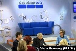 """Dezbaterea """"Das blaue Sofa"""" și comentatorul și scriitorul Paul Lendvai (în mijloc)"""