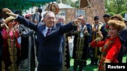 Президент Казахстана Нурсултан Назарбаев на праздновании Дня единства народа Казахстана в Алматы. 1 мая 2016 года.