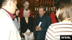 Вацлаў Гавэл сярод беларусаў на вечары памяці Васіля Быкава ў Празе 19 чэрвеня 2008 году.
