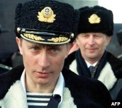 Vladimir Putin nosi mornaričku oficirsku uniformu dok posmatra taktičku vežbu Severne flote na Barencovom moru