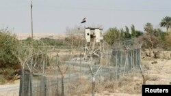 Ирак-Сирия шекарасында тұрған Ирак сарбазы. (Көрнекі сурет)