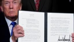 Дональд Трамп демонстрирует подписанное распоряжение, касающееся торговых отношений с Китаем
