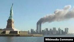 Ню Йорк, 11 септември 2001 г. Двете кули-близнаци на Световния търговски център горят, след като в тях се врязват самолети, управлявани от атентатори. На преден план е Статуята на свободата.