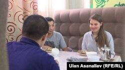 Хелан пробует национальные блюда в одном из кафе Бишкека