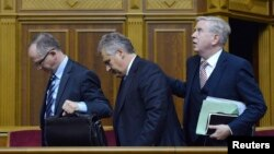 Александер Квасневський (с) і Пат Кокс (п) виходять із зали Верховної Ради в Києві, 13 листопада 2013 року