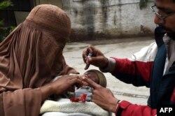 Вакцинация детей в Пешаваре. Март 2015 года