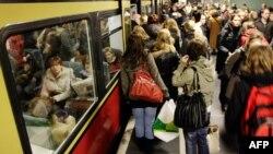 Женщинам пока что разрешен вход только в одну дверь электропоезда метро. Вход в кабинку машиниста для них закрыт