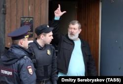 Апрель 2017: Вячеслав Мальцев выходит из дверей московского суда