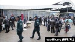 Сотрудники узбекской милиции на одном из рынков страны.