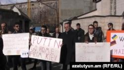 Армянский комитет солидарности с Майданом перед посольством Украины в Ереване, 19 февраля 2014 г.
