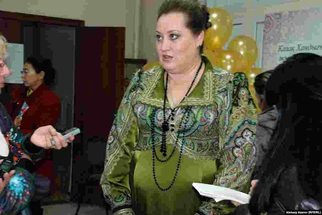 Лариса Сологуб рассказала, что выставка готовилась полгода. Приглашали всех желающих мастеров-кукольников. Единственное условие – куклы должны отражать тему Востока. Лариса Сологуб возглавляет «Центр вселенной кукол». Это объединение алматинских кукольников, созданное два года назад. В него входят 12 мастеров, люди разных профессий – парикмахеры, педагоги, бизнесмены, пенсионеры, есть даже актриса. Но в Алматы, как говорит Сологуб, мастеров-кукольников больше. Есть среди них и мужчины, но на выставке их работ нет. По словам Ларисы Сологуб, делать авторские куклы – недешево, но это окупается. Обычно куклы заказывают как подарки на дни рождения, на свадьбы. Однако спрос на этот вид прикладного искусства в Казахстане еще небольшой.