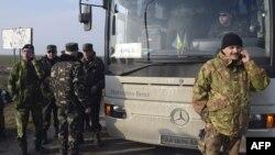 Военные наблюдатели ОБСЕ на КПП Чонгар, где они были остановлены перед въездом в Крым. 7 марта 2014 года.