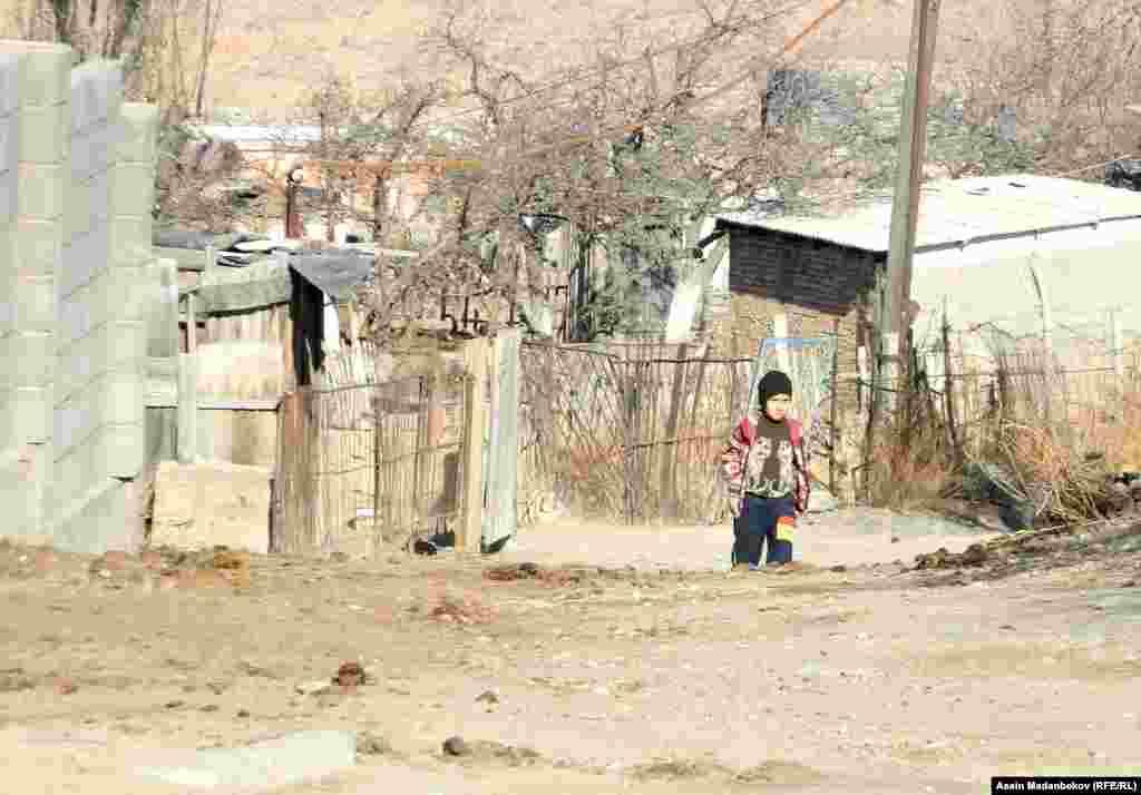 Окуучулар үч-төрт чакырым алыста жайгашкан Кажы-Сай айылына барып окушат. Алар үчүн айыл өкмөтүнөн атайын автоунаа бөлүнүп берилген.
