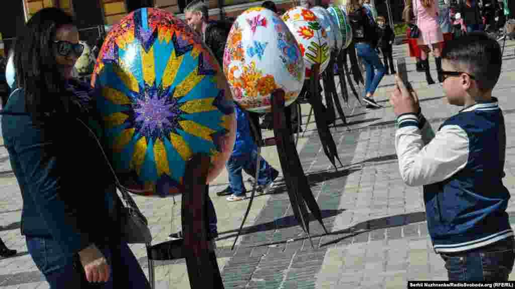 VI Всеукраїнський фестиваль писанок етнокультурного проекту Folk Ukraine відкрито, всі побігли фотографувати писанки...