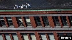Hetuesit amerikanë në kulmin e ndërtesës prej nga shihet vendi ku ndodhën dy eksplodimet në maratonën e Bostonit ditën e hënë