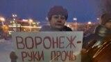 Жительница Мурманска около администрации с плакатом против новой управляющей компании