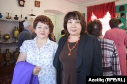 Нәсия Уразова музейда тарихны өйрәнүче Фәүзия Марганова белән