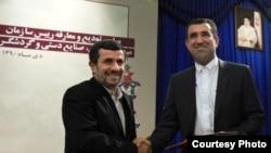 حسن موسوی، رییس سازمان میراث فرهنگی در کنار محمود احمدی نژاد، رییس جمهوری ایران