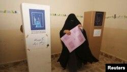 مواطنة تدلي بصوتها في الانتخابات