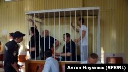 Засідання районного суду в Сімферополі, за ґратами кримські татари, яких звинувачують в участі в Хізб ут-Тахрір