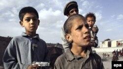 ناتو به خانواده های افغانی هشدار داد مراقب کودکان خود باشند تا در کنار نیروهای نظامی با اسلحه پلاستیکی بازی نکنند.