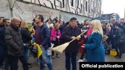 Скопје- Министерката за правда Рената Дескоска во рамки на акцијата за чистење му подари метла на претседателот на Судскиот совет Киро Здравев