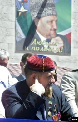 Рамзан Кадыров на фоне изображения своего отца, Ахмата Кадырова, 2005 год