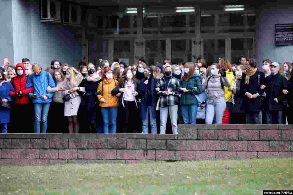 Минский государственный лингвистический университет. Студенты держатся за руки, поют «Воины света»