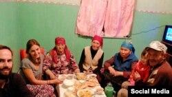 Общее фото туристов и семьи из Нуры
