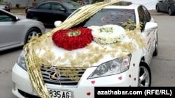 Традиционно украшенный свадебный автомобиль. Ашхабад